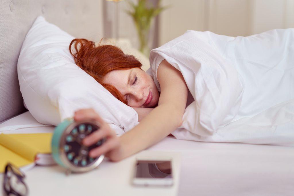 Schon lange behaupten Mediziner, dass zu wenig Schlaf ungesund für den menschlichen Körper ist. Forscher fanden nun heraus, dass regelmäßiger Schlafmangel zur Gewichtszunahme führt. (Bild: contrastwerkstatt/fotolia.com)