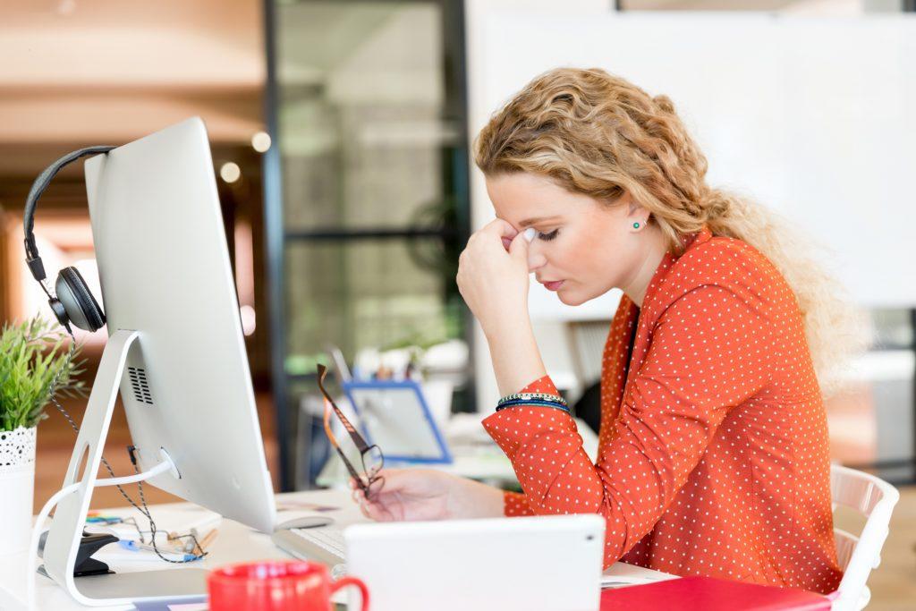 Stress sorgt nicht nur dafür, das wir oft schlecht einschlafen können, sondern ist oft auch Schuld daran, dass wir trotz acht Stunden Schlaf noch immer müde sind. Dagegen kann man aber etwas unternehmen. (Bild: Sergey Nivens/fotolia.com)