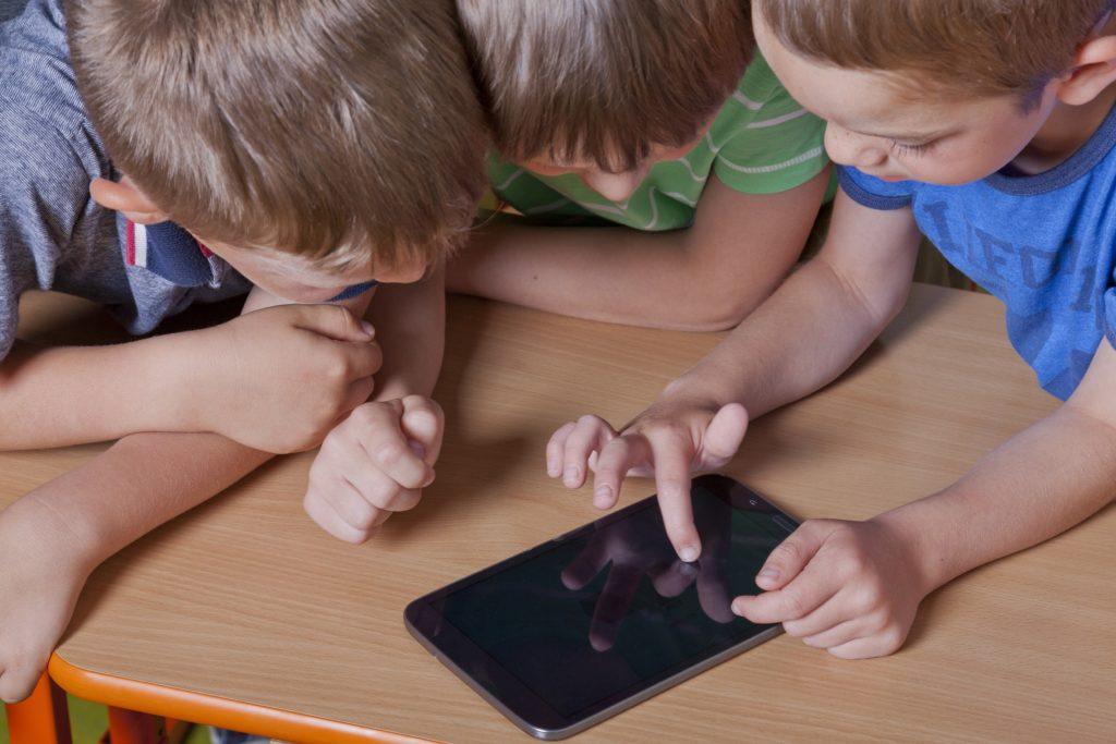 Eltern sollten vorsichtig mit der Nutzung von Tablets und Handys bei ihren Kindern sein. Die Verwendung dieser Geräte führt zu einer verminderten Schlafqualität und zu geringeren Schlafenszeiten. (Bild: HERRNDORFF/fotolia.com)