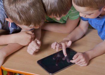 Eltern sollten vorsichtig mit der Nutzung von Tabletts und Handys bei ihren Kindern sein. Die Verwendung dieser Geräte führt zu einer verminderten Schlafqualität und zu geringeren Schlafenszeiten. (Bild: HERRNDORFF/fotolia.com)