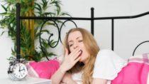 Wer zu wenig schläft, lebt ungesund. Chronischer Schlafmangel oder eine dauerhafte Störung des Tag-Nacht-Rhythmus kann den Hormonhaushalt durcheinander bringen. (Bild: von Lieres/fotolia.com)