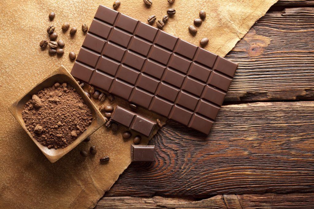 In der Schweiz wurde eine Schokolade entwickelt, die bei Menstruationsbeschwerden helfen soll. Das Produkt enthält neben reichlich Kakao auch eine spezielle Kräutermischung. (Bild: digieye/fotolia.com)