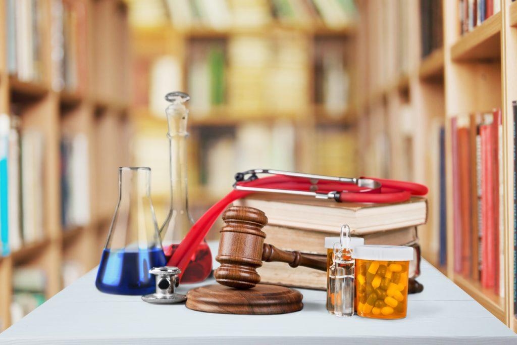 In manchen Fällen, wie zum Beispiel bei Contergan, hat sich gezeigt, dass Medikamente zu schweren Missbildungen führen können. Auch gegen den Schwangerschaftstest Duogynon besteht ein solcher Verdacht. Die Geschädigten kämpfen noch immer für ihr Recht. (Bild: BillionPhotos.com/fotolia.com)