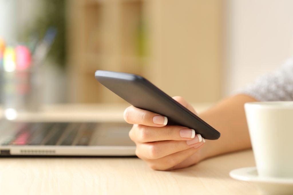 Die dauerhafte Nutzung von Smartphones und Tablets kann zu gesundheitlichen Problemen wie entzündeten Daumensehnen und Nackenspannungen führen. (Bild: Antonioguillem/fotolia.com)
