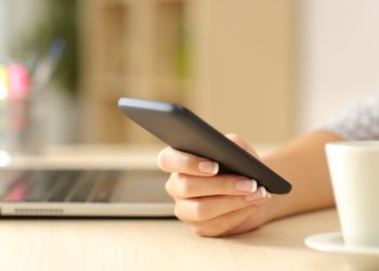"""Die dauerhafte Nutzung von Smartphones kann zu gesundheitlichen Problemen führen, unter anderem zum sogenannten """"Handy-Daumen"""". Experten erklären, was Betroffene dann tun sollten. (Bild: Antonioguillem/fotolia.com)"""