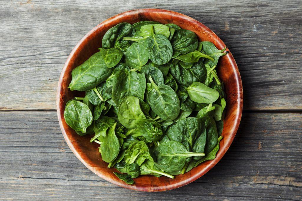 Schon Kindern wird beigebracht, dass Spinat stark macht. Hilft das Blattgemüse aber wirklich beim Muskelaufbau? Die Antworten darauf fallen unterschiedlich aus. (Bild: SirChopin/fotolia.com)
