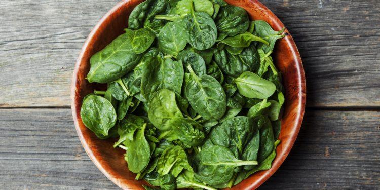 Ein Teller voller Spinat
