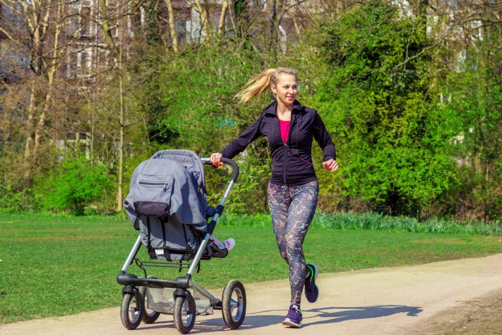 Stillende Frauen sollten schon bald nach der Entbindung wieder Bewegung in den Alltag bringen und sportlich aktiv sein, empfehlen Experten. (Bild: 2xSamara.com/fotolia.com)