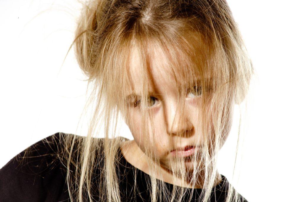 """Manche Kinder lassen sich nur mit viel Geduld und starken Nerven frisieren. Bei Kindern mit dem """"Struwwelpeter-Syndrom"""" hat die Bürste aber einfach keine Chance. Forscher haben herausgefunden, dass hinter dieser Haar-Anomalie bestimmte Gene stecken. (Bild: bonzodog/fotolia.com)"""