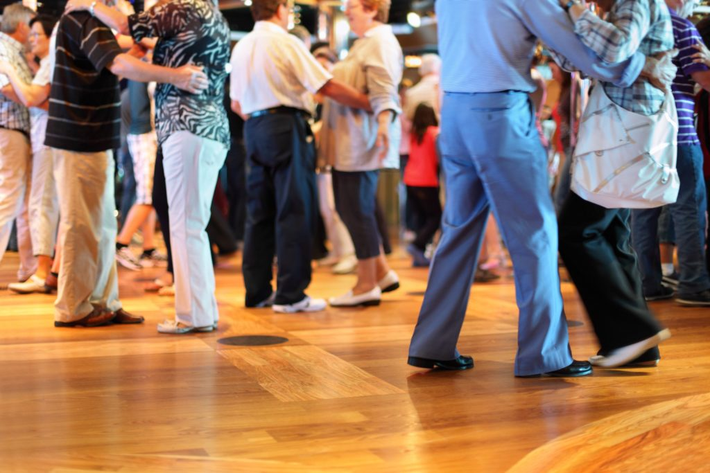 Krebspatienten, die wegen ihrer Erkrankung und der Therapie dauernd erschöpft und müde sind, sollten körperlich aktiv werden. Sport und Tanzen helfen gegen die sogenannte Fatigue. (Bild: Pavel Losevsky/fotolia.com)