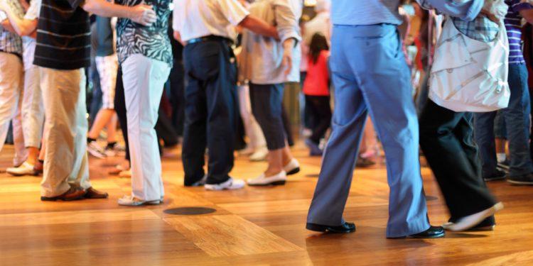 Mehrere Seniorinnen und Senioren beim Tanzen