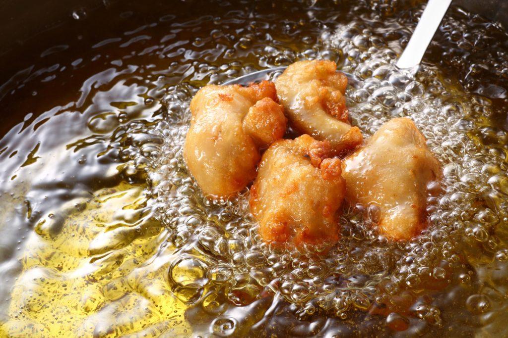 Die Art wie wir unsere Lebensmittel zubereiten, wirkt sich stark auf unsere Gesundheit aus. Forscher fanden heraus, dass beim Frittieren und zu heißen Braten sogenannte Transfettsäuren entstehen. Diese sind giftig und schaden unserer Gesundheit, weil sie mit Herzerkrankungen in Verbindung stehen. (Bild: taa22/fotolia.com).