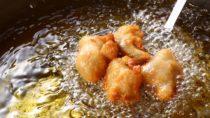 Die Art wie wir unsere Lebensmittel zubereiten, wirkt sich stark auf unsere Gesundheit aus. Forscher fanden heraus, dass beim frittieren und zu heißen braten sogenannte Trans-Fettsäuren entstehen. Diese sind giftig und schaden unserer Gesundheit, weil sie mit Herzerkrankungen in Verbindung stehen. (Bild: taa22/fotolia.com).