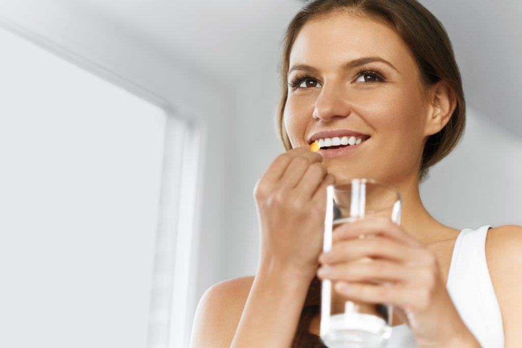 Gerade im Winter nehmen viele Menschen Vitamin D-Ergänzungen ein, um dadurch das fehlende Sonnenlicht auszugleichen. Einige Menschen nehmen aber auch Vitamin D-Ergänzungen, um Erkrankungen zu vermeiden. Mediziner stellten fest, dass die Einnahme bei den meisten Menschen keine wirksame Prävention ermöglicht. (Bild: puhhha/fotolia.com)