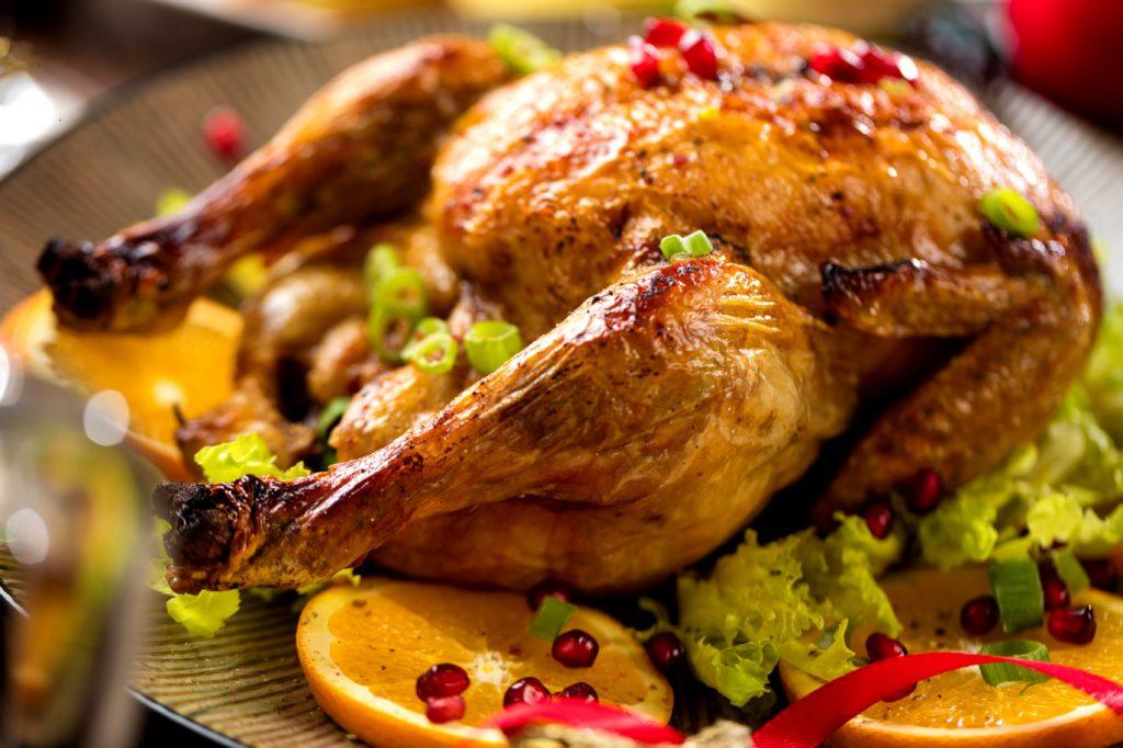Die Angst vor einer Ansteckung mit Vogelgrippe über Geflügelfleisch ist unbegründet. Eine Übertragung des Virus durch den Verzehr von Fleisch ist laut Experten unwahrscheinlich. Trotzdem sollten bestimmte Hygieneregeln eingehalten werden. (Bild: karepa/fotolia.com)