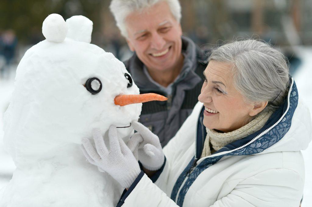Ältere Menschen sind im Winter besonders gefährdet. Durch die Auswirkungen der kalten Jahreszeit sterben jedes Jahr viele Menschen im Alter über 65 Jahren. Durch einige Ratschläge versuchen jetzt Mediziner ältere Menschen besser im Winter zu schützen. (Bild: aletia2011/fotolia.com)
