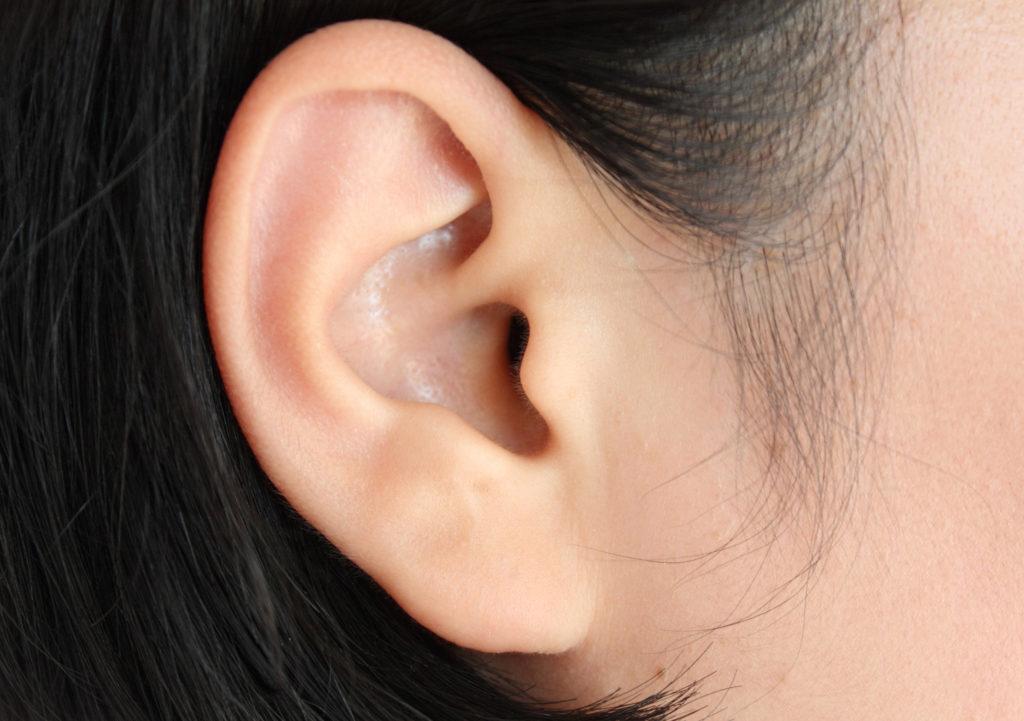 Chinesische Ärzte entwickeln künstliches Sinnesorgan: Im letzten Schritt soll das künstliche Ohr an den Kopf des Mannes transplantiert werden. (Bild: Kwangmoo/fotolia.com)