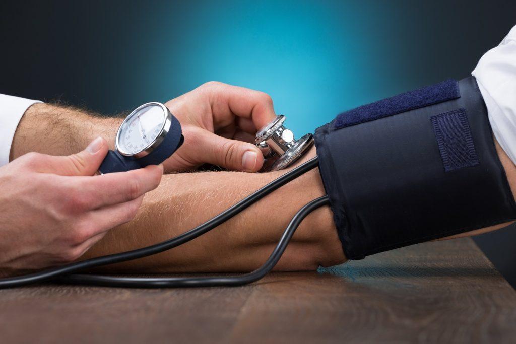 Bluthochdruck zählt zu den bedeutendsten Risikofaktoren für Herz-Kreislauf-Erkrankungen. (Bild: Andrey Popov/fotolia.com)