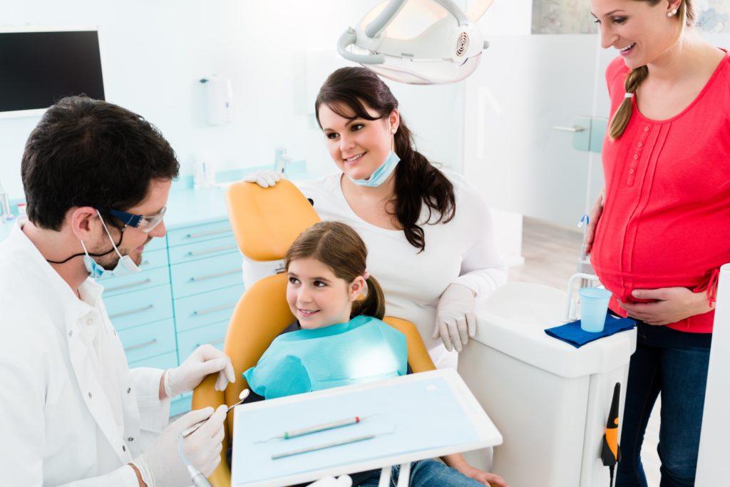 Ab Juli 2018 soll es für Kinder und Schwangere Amalgam-Zahnfüllungen nur noch in Ausnahmefällen geben. Dadurch soll die Nutzung von giftigem Quecksilber eingeschränkt werden. (Bild: Kzenon/fotolia.com)
