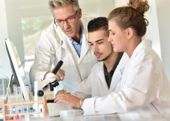 Es gibt viele verschiedene Möglichkeiten, um einige Erkrankungen festzustellen. Mediziner stellten bei einer Untersuchung fest, dass die Analyse unseres Atems die Diagnose bestimmter Erkrankungen ermöglicht. (Bild: goodluz/fotolia.com)