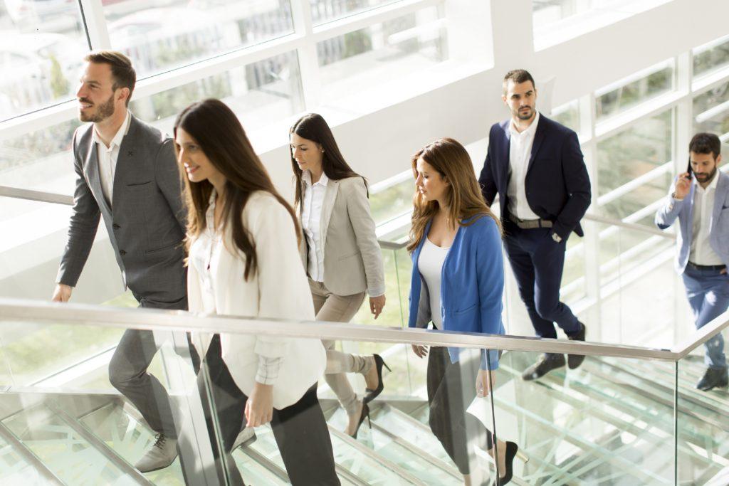 Menschen, die ihren Job weitgehend im Sitzen verbringen, sollten auf ausreichende Bewegung zwischendurch achten, um Rückenschmerzen zu vermeiden. 10.000 Schritte pro Tag sollte man mindestens machen. (Bild: Boggy/fotolia.com)