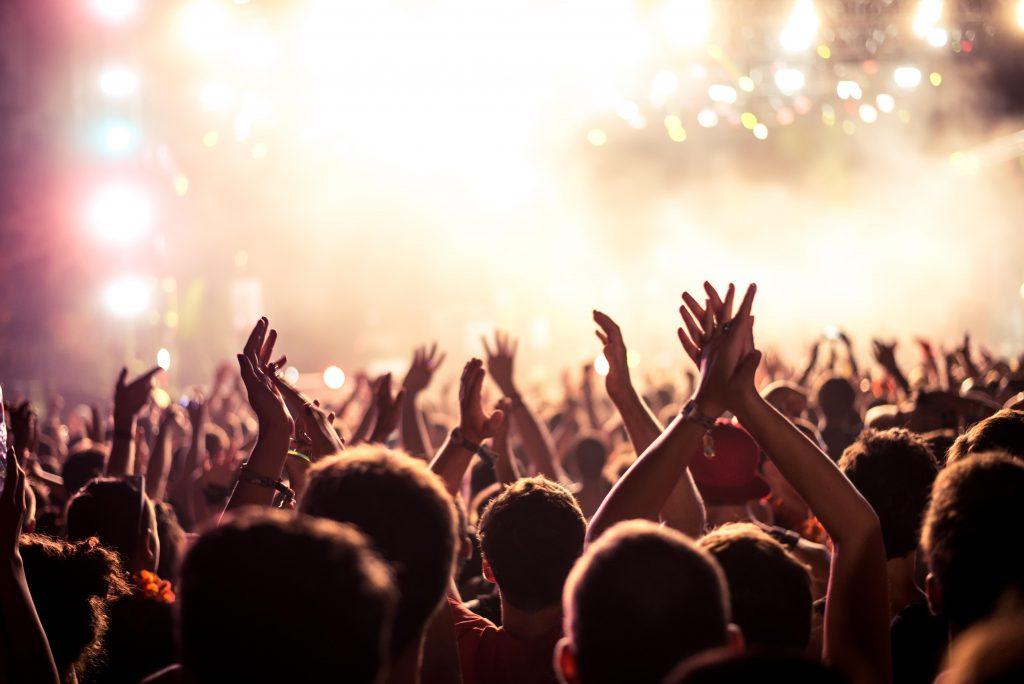 Bewusstlosigkeit bei begeisterten Fans auf Konzerten ist bis heute ein relativ weit verbreitetes Phänomen. (Bild: bernardbodo/fotollia.com)