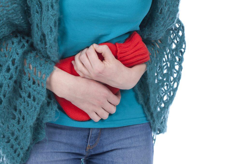 Frauen erkranken deutlich häufiger an Blasenentzündungen als Männer. Dies hat mit der weiblichen Anatomie zu tun. Um sich vor der Krankheit zu schützen, ist es wichtig zu wissen, wodurch sie ausgelöst wird. (Bild: absolutimages/fotolia.com)