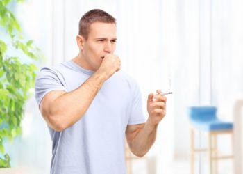 Symptome wie chronischer Husten können auf COPD hinweisen. Die chronisch obstruktive Lungenerkrankung bleibt leider oft unerkannt. Die Krankheit ist weltweit die dritthäufigste Todesursache.  (Bild: Ljupco Smokovski/fotolia.com)
