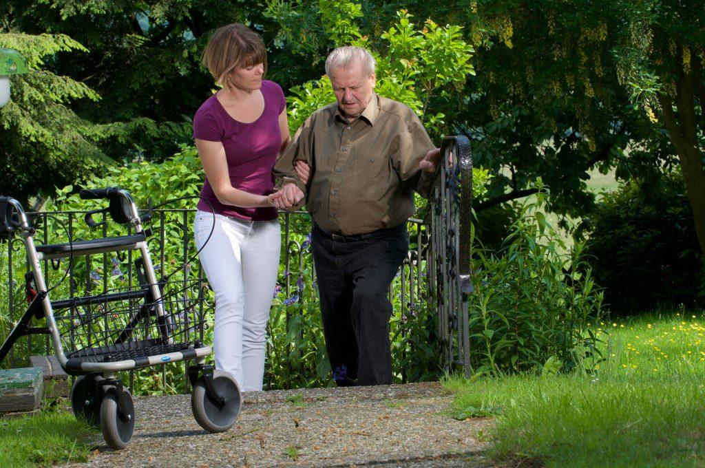 Demenzkranke zeigen neben dem Gedächtnisverlust auch eine Desorientiertheit. Sie verirren sich daher leicht. Eine Stadt in Japan hat nun einen Weg gefunden, um verirrten Senioren schnell wieder nach Hause zu helfen. (Bild: Peter Maszlen/fotolia.com)