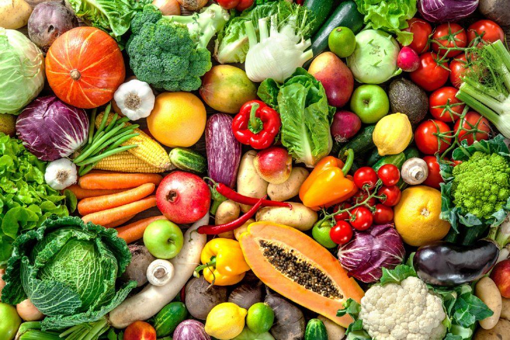 Wer im Winter seine Abwehrkräfte gegen Erkältungen stärken will, muss nicht zu Nahrungsergänzungsmitteln greifen. Eine Ernährung mit viel Obst und Gemüse trägt zum Schutz vor Infekten bei. (Bild: Alexander Raths/fotolia.com)