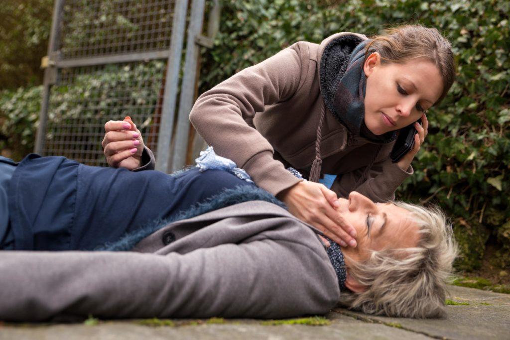 Wenn Personen in ihrem Umfeld bewusstlos werden, sollten Sie umgehend Erste Hilfe leisten und schnell einen Notarzt kontaktieren. (Bild: M.Dörr & M.Frommherz/fotolia.com)