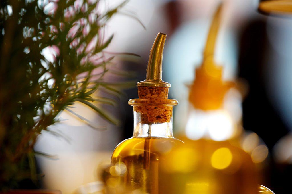 Einige Lebensmittel wie beispielsweise kaltgepresste Öle enthalten viel gesättigte Fettsäuren. Mediziner stellten fest, dass diese dazu beitragen können, einige kardiovaskuläre Risikofaktoren zu reduzieren. (Bild: Reicher/fotolia.com)