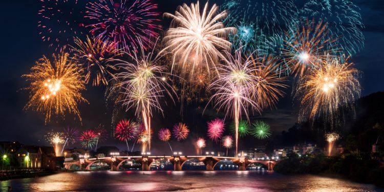 Farbenprächtiges Feuerwerk über einer Brücke