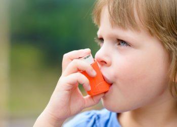 Viele Kinder auf der Welt leiden an Asthma. Mediziner stellten bei ihrer Forschung fest, dass die Aufnahme von Fischöl bei werdenden Müttern zu einem verringerten Risiko für Asthma bei deren Kindern führt. (Bild: bubutu/fotolia.com)