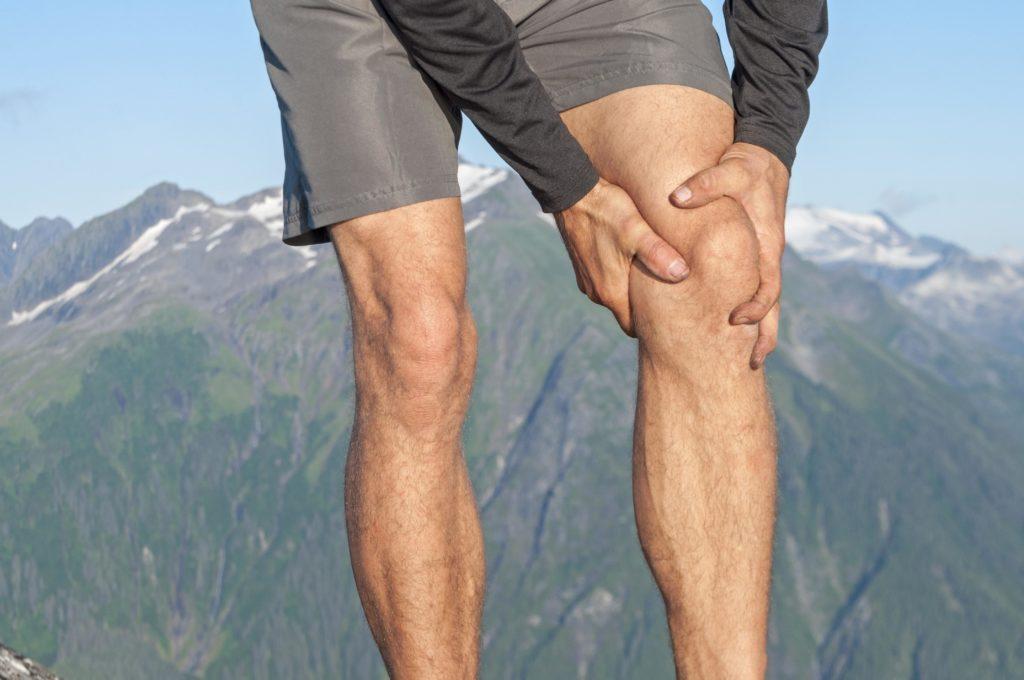 Insbesondere unter Belastung wie beispielsweise beim Wandern sammelt sich mitunter Flüssigkeit im Knie, wenn ohnehin eine Vorerkrankung vorliegt. (Bild: Shakzu/fotolia.com)