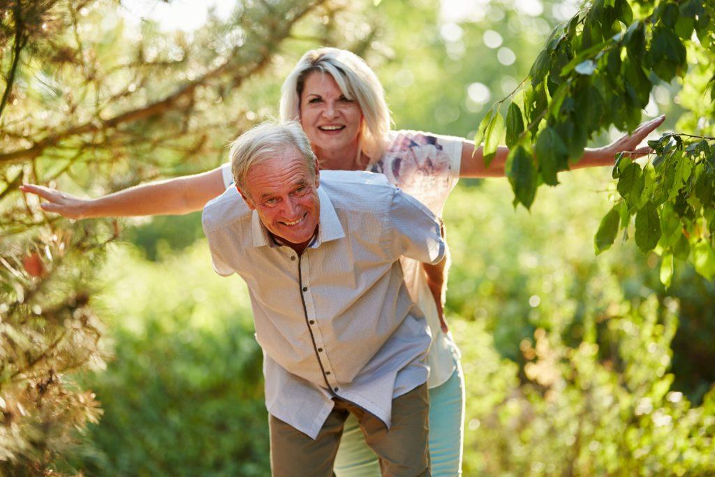 Was sind die Ursachen für Glück und Zufriedenheit bei den meisten Menschen? Forscher fanden heraus, dass Geld und Einkommen für unser Glück nur zweitrangig sind. Wirklich wichtig sind psychische Gesundheit und eine harmonische Beziehung. (Foto: Robert Kneschke/fotolia.com)