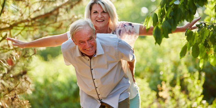 Ein älteres Paar albert glücklich herum