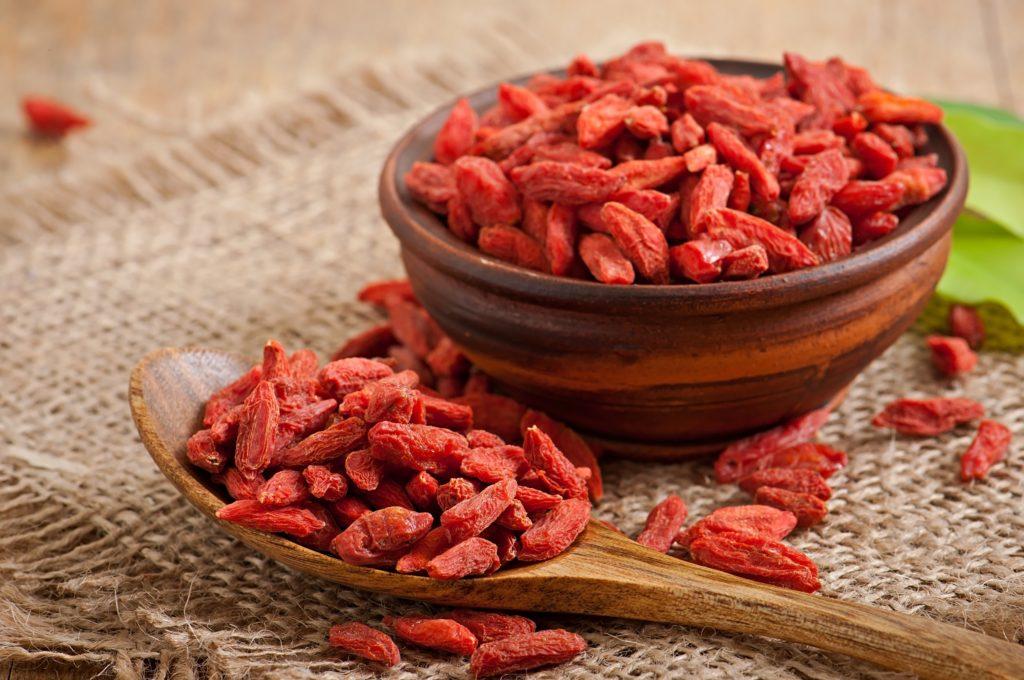 Wer Blutverdünner einnimmt, sollte sicherheitshalber auf Goji-Beeren verzichten. Die kleinen roten Früchte können womöglich den Abbau von blutverdünnenden Wirkstoffen blockieren. (Bild: timolina/fotolia.com)