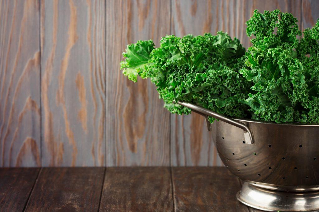 Vitaminreicher Grünkohl sollte am besten immer frisch gekauft werden. Wenn der Kohl Verfärbungen aufweist, ist er nicht mehr frisch. (Bild: Iuliia Metkalova/fotolia.com)