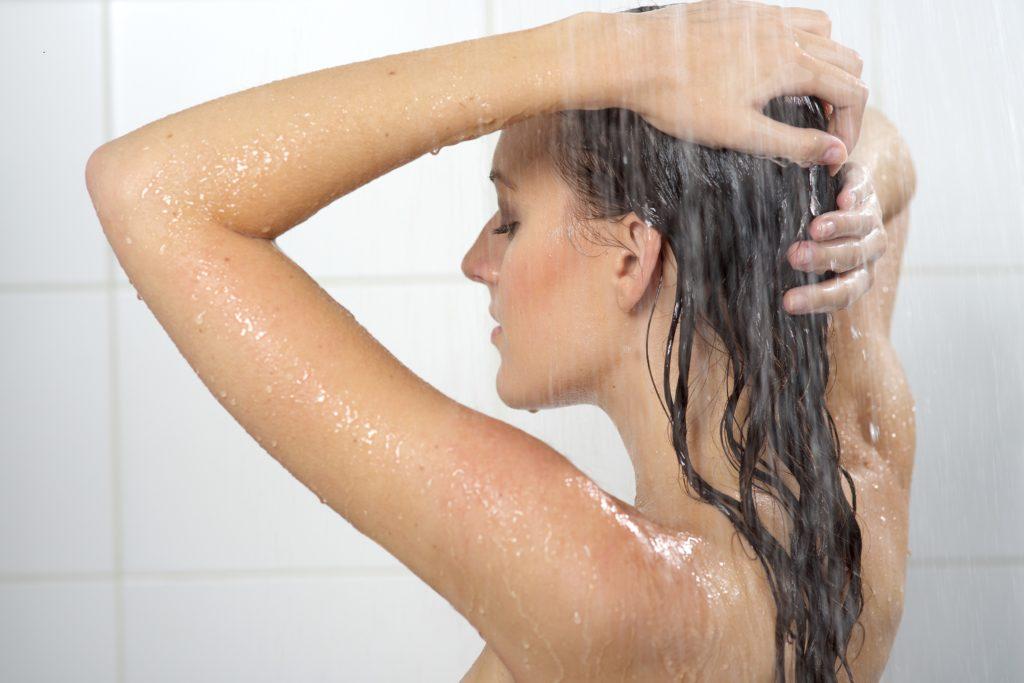 Wem fettige Haare zu schaffen machen, bekommt mitunter den Rat, die Haare seltener zu waschen. Denn durch häufiges Waschen fette das Haar schneller. Stimmt das aber tatsächlich? (Bild: oriori/fotolia.com)