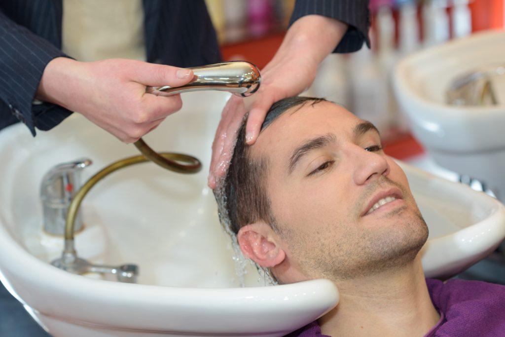 Haarewaschen beim Friseur kann mitunter gefährlich werden. Bei einem Briten wurde dabei der Nacken offenbar so stark überdehnt, dass er später einen Schlaganfall erlitt. (Bild: auremar/fotolia.com)