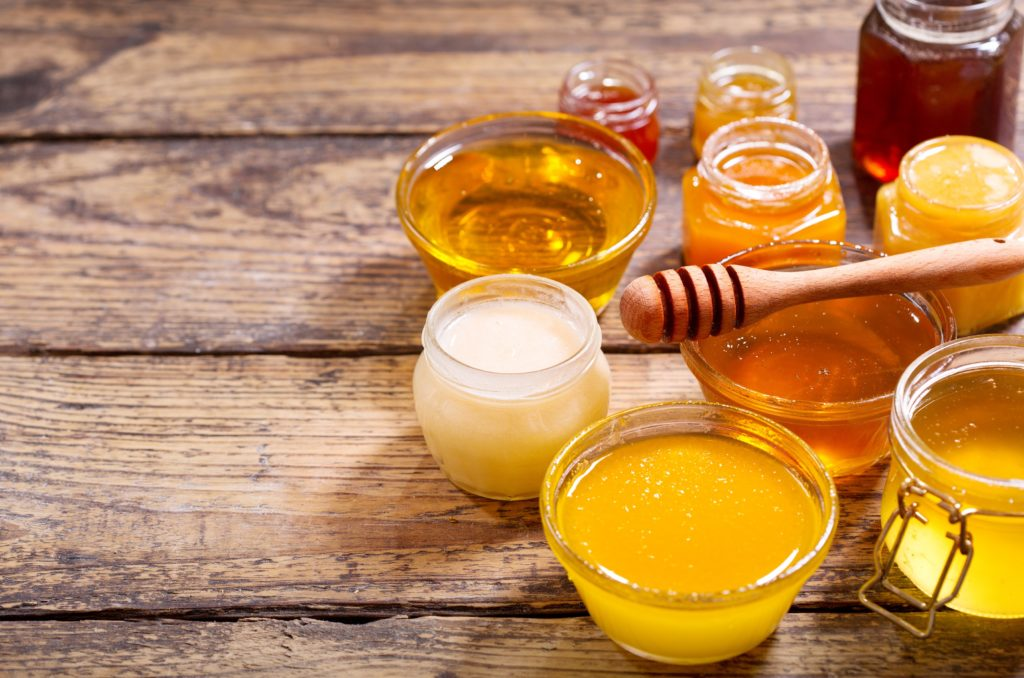 Honig sollte laut Experten nicht über 40 Grad erhitzt werden. Denn dann gehen einige Inhaltsstoffe, wie beispielsweise Enzyme, verloren. (Bild: Nitr/fotolia.com)