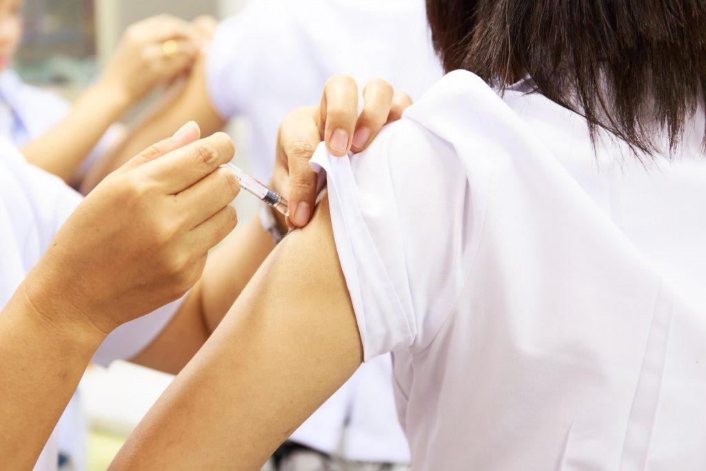Werden Arzneimittel deutlich wahrnehmbar injiziert, verstärkt der Placebo-Effekt ihre Wirkung, während bei einer unauffälligen Computer-gesteuerten Injektion dieser Effekt ausbleibt. (Bild: arcyto/fotolia.com)