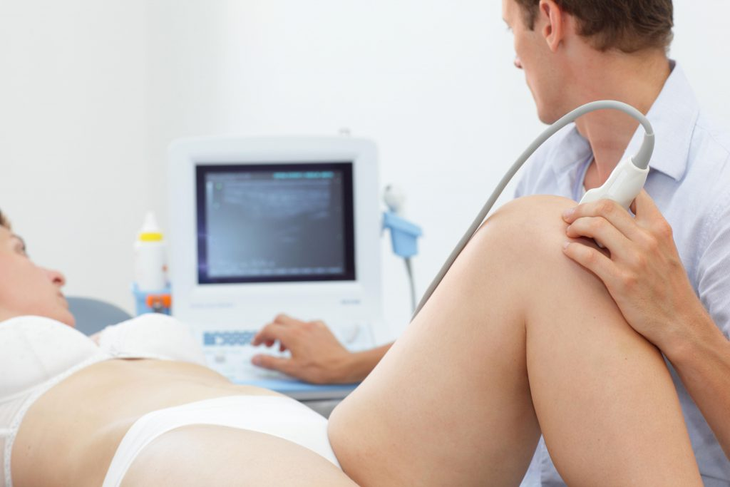 Zur Diagnose bei Flüssigkeitsansammlungen im Knie wird oftmals auf bildgebende Verfahren wie die Ultraschalluntersuchung zurückgegriffen. (Bild: endostock/fotolia.com)