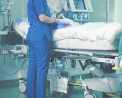In Frankreich wurde ein kleines Mädchen wegen einer schweren Viruserkrankung in ein künstliches Koma versetzt. Ihr Zustand besserte sich aber nicht. Die Ärzte wollten daher die lebenserhaltenden Maschinen abstellen. Dann erwachte die Einjährige. (Bild: sudok1/fotolia.com)