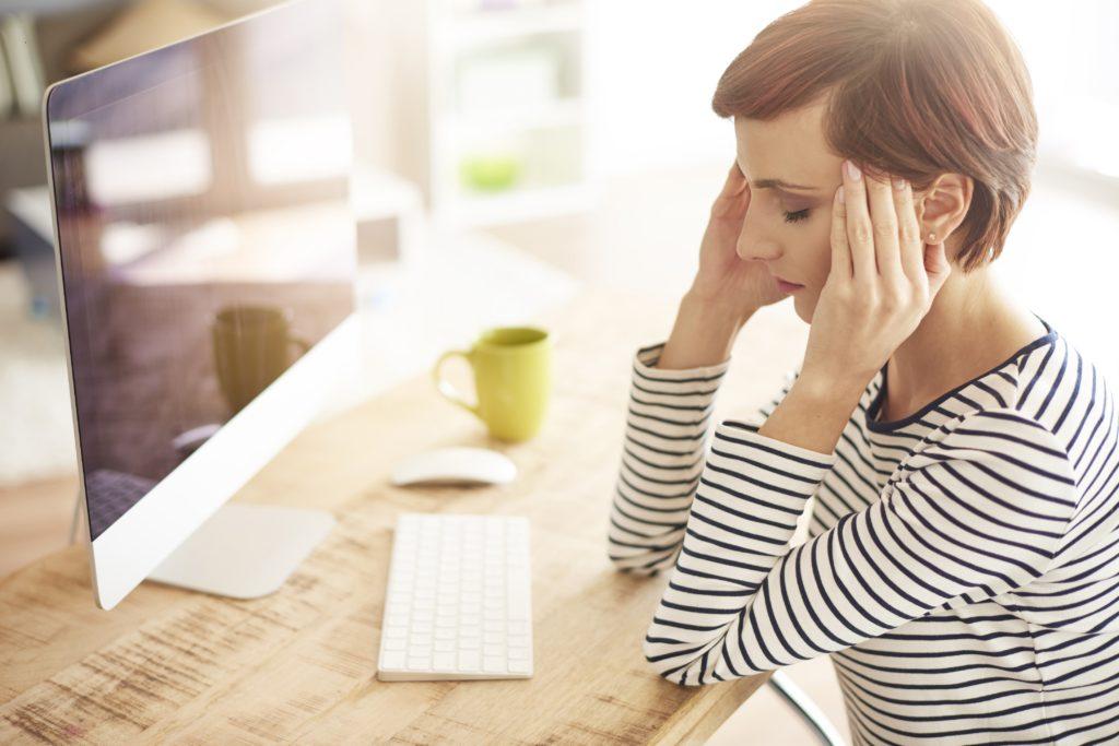 Wer immer wieder an Kopfschmerzen leidet, sollte die Beschwerden nicht einfach hinnehmen, sondern sich an einen Arzt wenden. Denn dauerhafte Schmerzen können zu Veränderungen im Körper führen. (Bild: gpointstudio/fotolia.com)