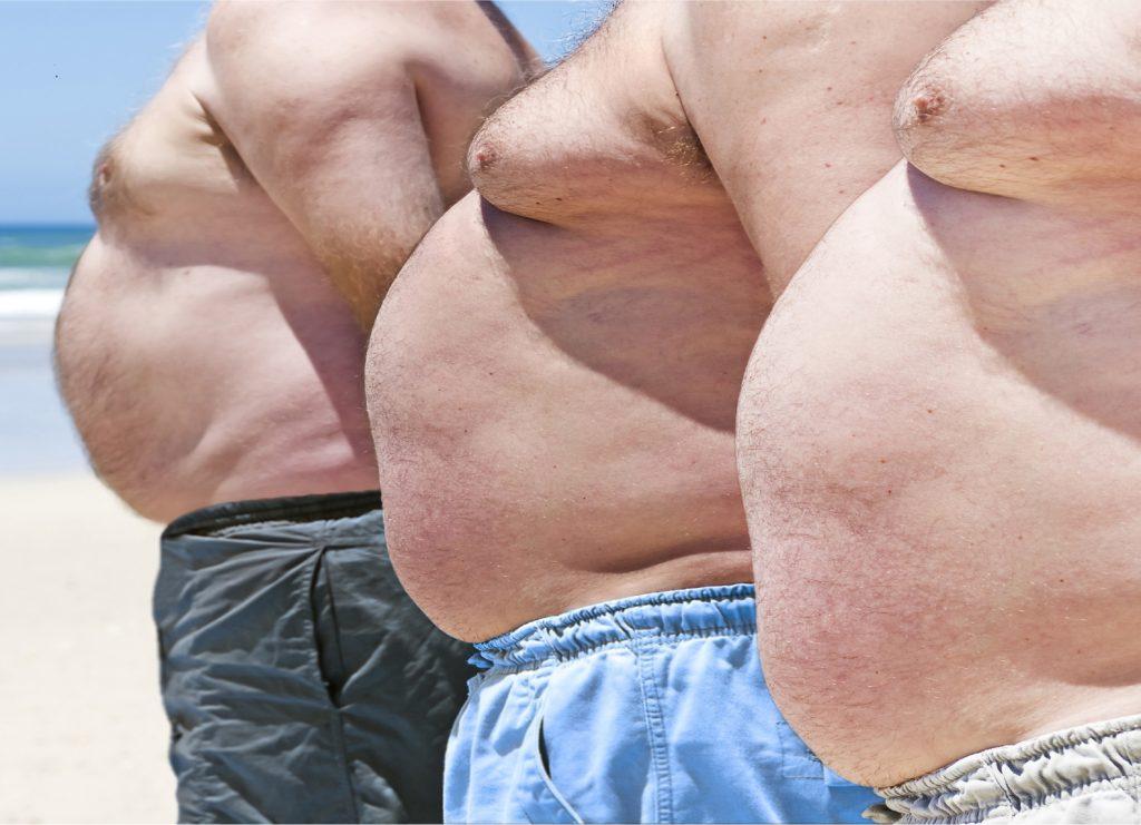 Wenn Männer Brüste bekommen, ist häufig Übergewicht die Ursache. Doch auch manche Medikamente können dazu führen. In den USA haben daher nun Tausende Männer eine Klage gegen ein Pharmaunternehmen eingereicht. (Bild: MartesiaBezuidenhout/fotolia.com)