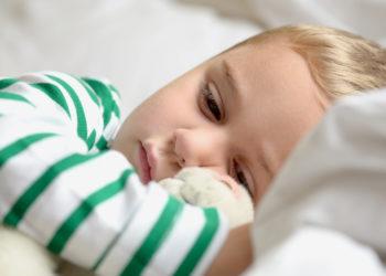 Eine Mutter aus England bemerkte, dass sich das Auge ihres Sohnes optisch verändert hatte. Bei einer ärztlichen Untersuchung stellte sich heraus, das ein Tumor dahinter steckte. (Bild: S.Kobold/fotolia.com)
