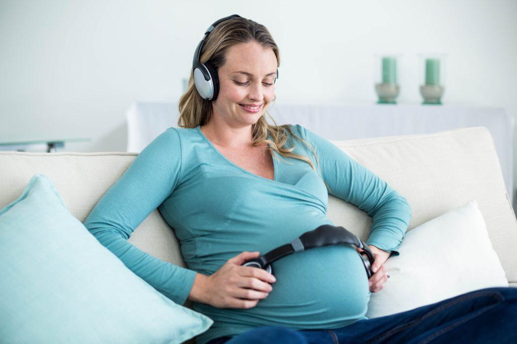 Schwangere Frauen sollten ihrem Baby schon vor der Geburt vorsingen oder Musik vorspielen. Denn Säuglinge erinnern sich laut einer Studien an im Mutterleib Gehörtes. (Bild: WavebreakMediaMicro/fotolia.com)
