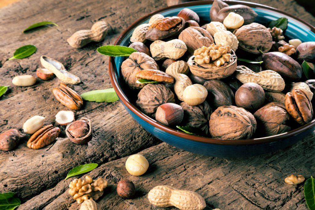 Wissenschaftler haben herausgefunden, dass der tägliche Konsum einer Handvoll Nüsse vor zahlreichen Erkrankungen schützen kann. Auch wegen der Figur muss man sich keine Sorgen machen. Es gibt Hinweise darauf, dass die Schalenfrüchte Fettleibigkeit vorbeugen können. (Bild: karepa/fotolia.com)